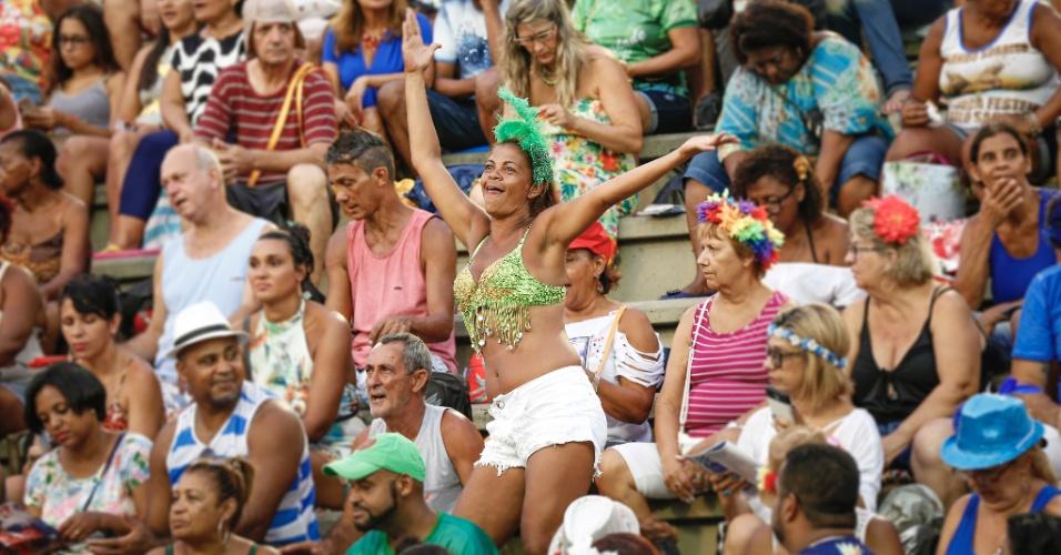 7.fev.2016 - Na arquibancada, público se prepara para assistir ao desfiles do primeiro dia do Grupo Especial do Rio de Janeiro. Primeira escola a entrar na avenida é Estácio de Sá