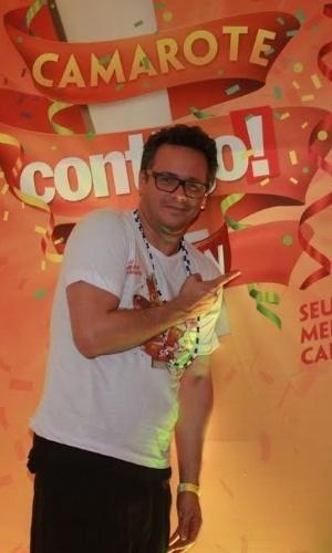 6.fev.2015 - O ator Danton Mello curte o camarote Contigo by Schinm em Salvador, na Bahia