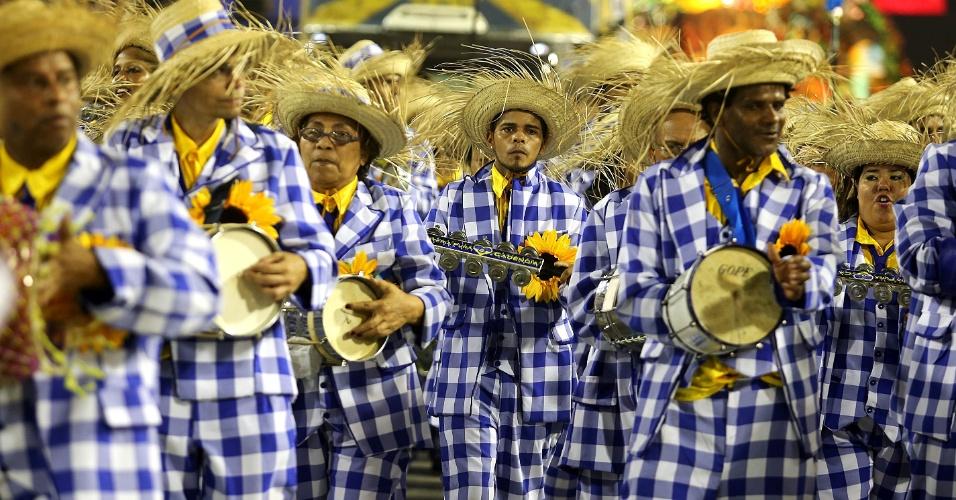 8.fev.2016 - Bateria da Unidos da Tijuca entrou na Sapucai vestida de espantalho