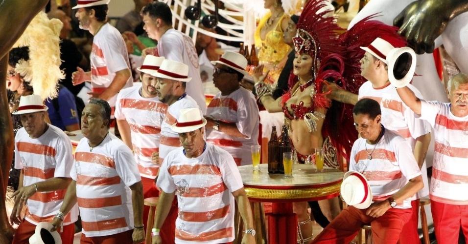 """9.fev.2016 - Aline Riscado foi o destaque feminino do carro """"Boteco"""". A bailarina é conhecida como """"Verão"""" por estrelar um comercial de cerveja"""