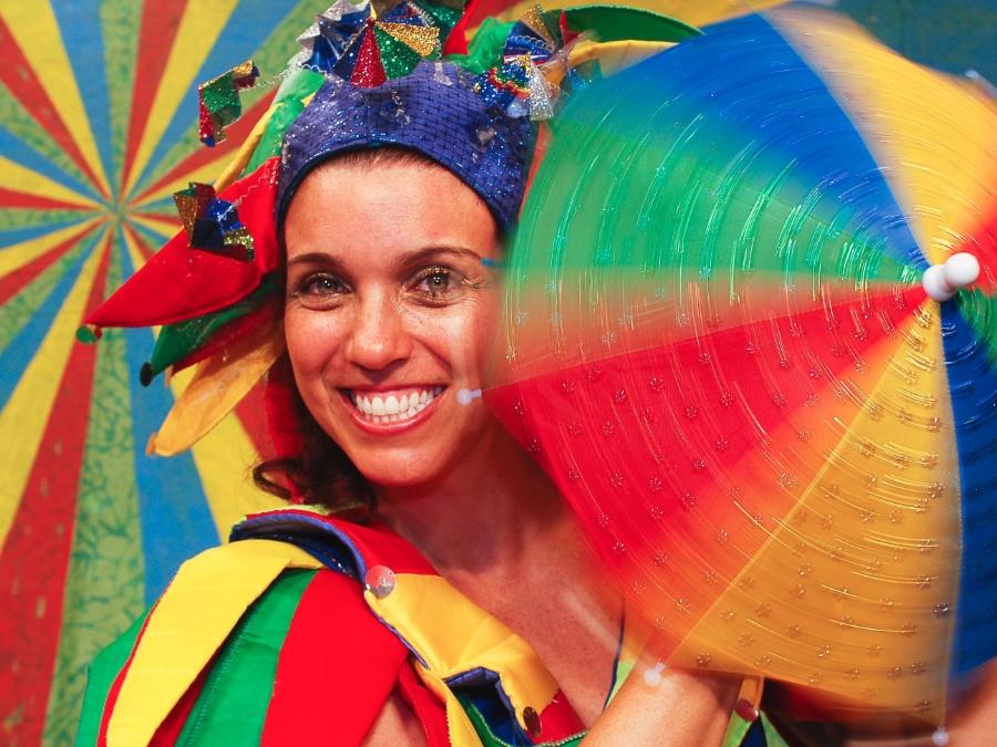 """Foliões em Recife e Olinda posam para fotógrafos durante o Carnaval em um estúdio montado na rua dentro do projeto """"Lambe Lambe"""""""