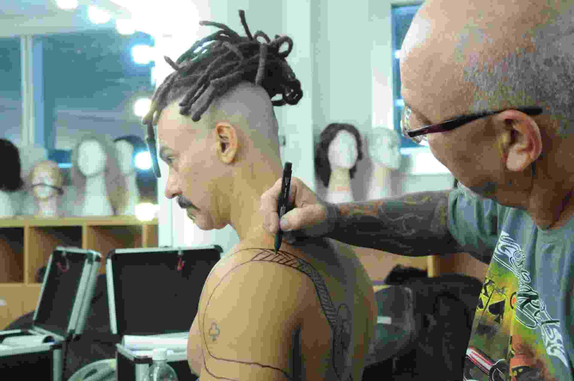 """Leonardo Vieira ganha tatuagens falsas para viver o feiticeiro Balaão em """"Os Dez Mandamentos - Nova Temporada"""" - Munir Chatack/Record"""