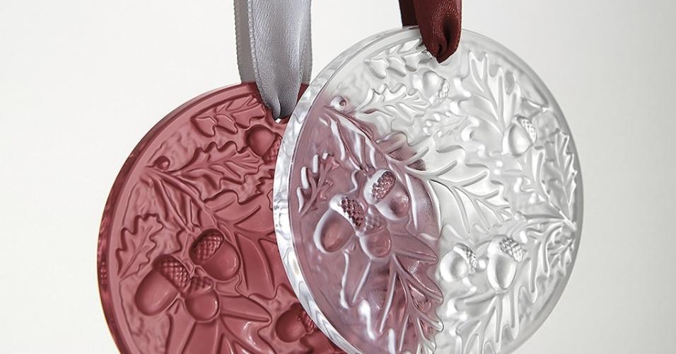 """Os desenhos exibidos nos enfeites da Lalique (www.crystalclassics.com) foram criados em 1955 por um dos herdeiros da tradicional vidraria francesa. São folhas de carvalho gravadas em """"medalhas"""" de cristal. Cada pendente (6,5 cm de diâmetro) custa US$ 135 ou R$ 455,34 (cotação do dia 9.12.2016)"""