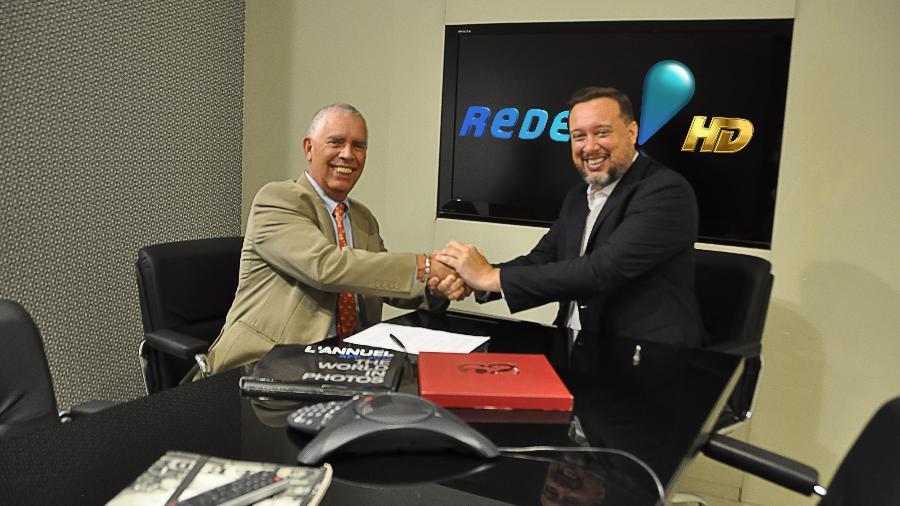 Alfredo Carvalho, diretor comercial da Sport Promotion, e Franz Vacek, Superintendente de Jornalismo e Esportes, assinam contrato na RedeTV! - Divulgação