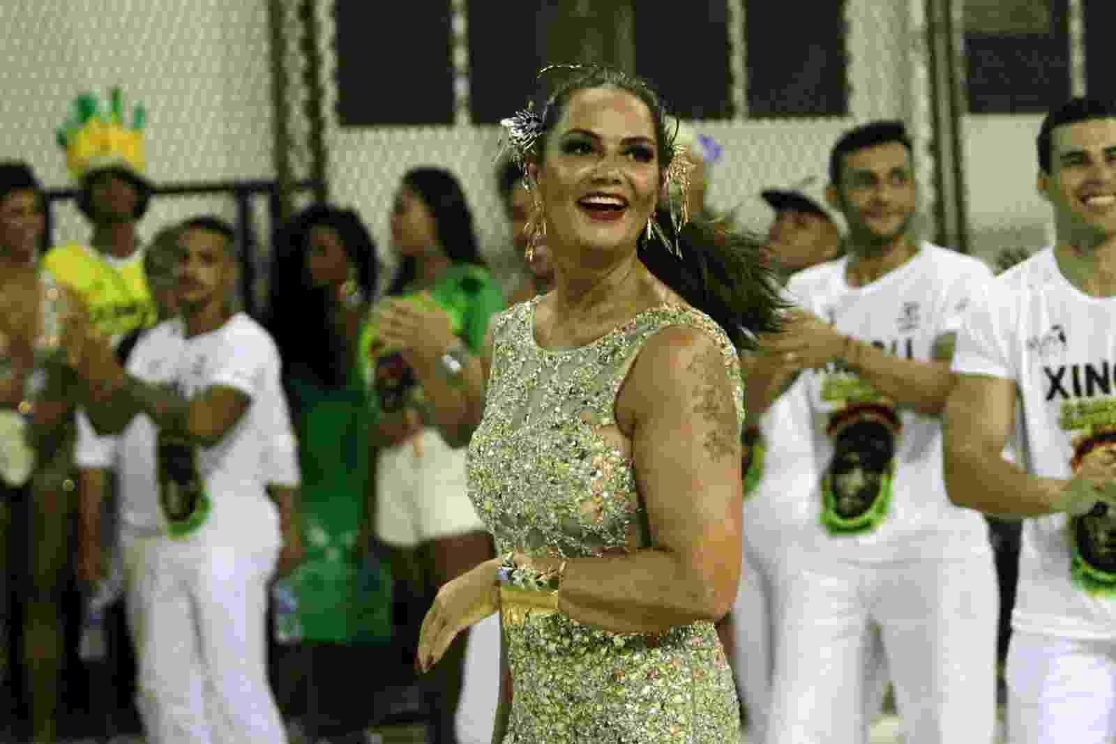 18.fev.2017 - Luiza Brunet roubou a cena neste sábado (18) no ensaio técnico da Imperatriz Leopoldinense, no sambódromo do Rio. A empresária relembrou seus tempos de rainha de bateria - Marcos Ferreira/Brazil News