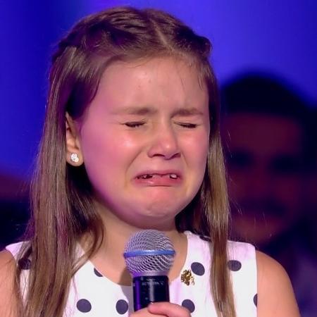 """A participante Bia Rosa chora ao ser eliminada no """"The Voice Kids"""" deste domingo (18) - Reprodução/TV Globo"""