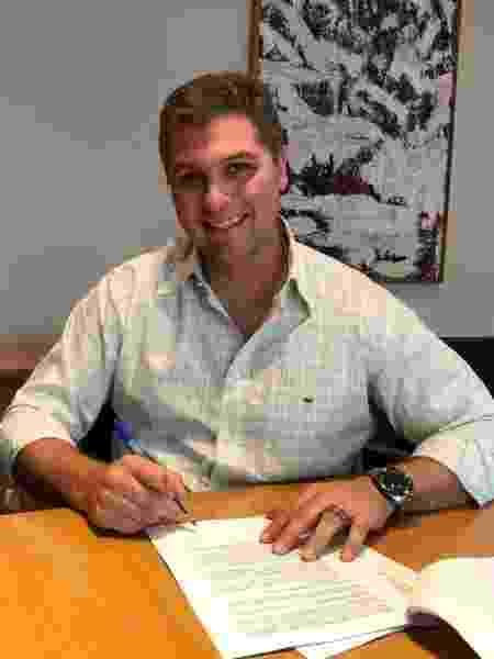 Joel Datena no momento em que renovou contrato com a Band - Divulgação
