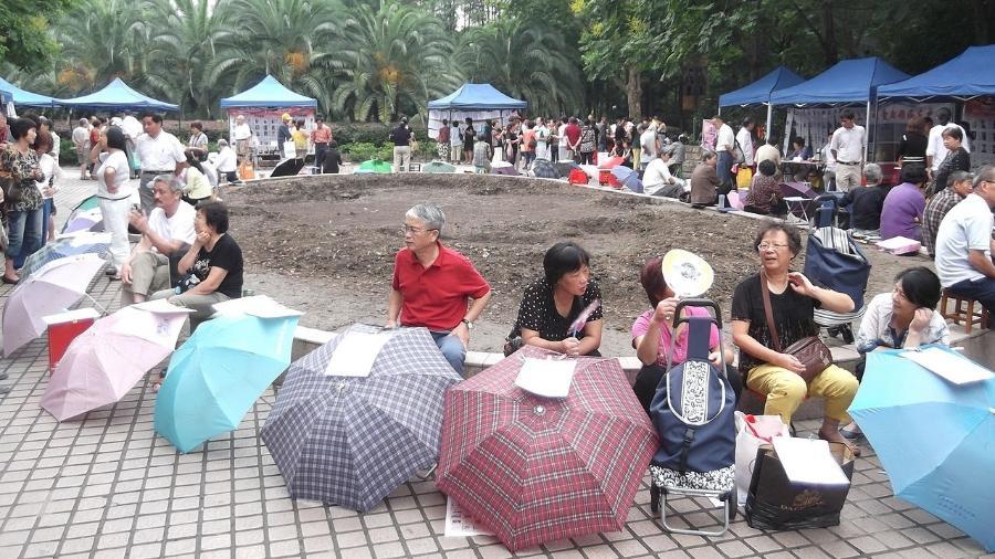 No Mercado do Casamento, pais anunciam seus filhos com cartazes sobre guarda-chuvas - Jpbowen/creativecommons.org/licenses/by-sa/4.0/deed.en