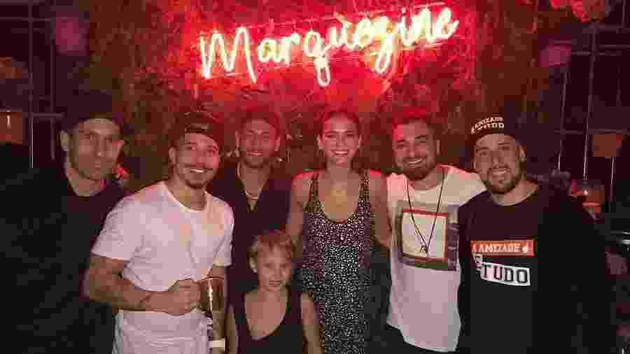 Neymar, Bruna Marquezine e Davi Lucca posam com o grupo de pagode Jeito Moleque na festa de aniversário da atriz na mansão do namorado - Reprodução/Instagram/jeitomoleque