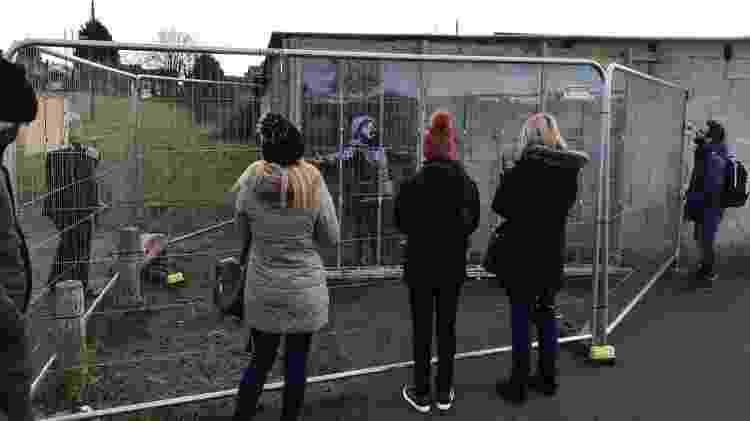 Obra de Banksy feita em residência no País de Gales atrai centenas de turistas - BBC - BBC