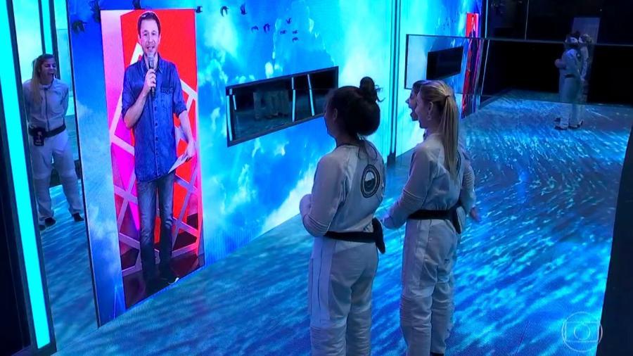 Tiago Leifert conversa com as sisters no quarto Sete Desafios  - Reprodução/TvGlobo