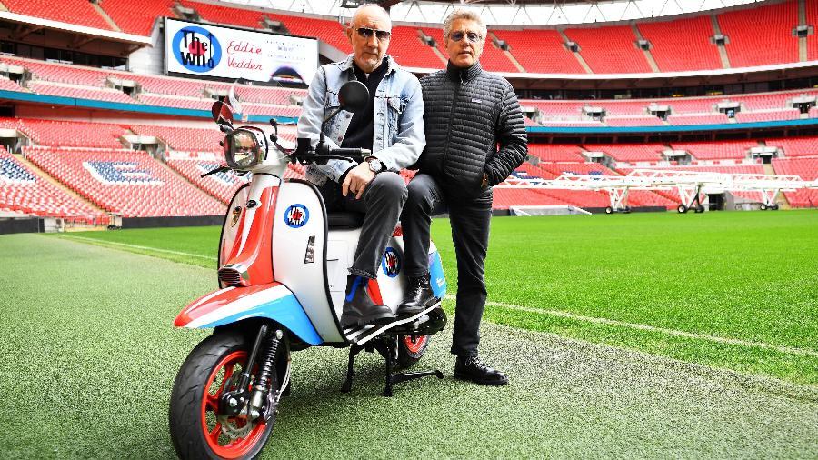 Roger Daltrey e Pete Townshend posam com lambreta do The Who no estádio de Wembley - Dylan Martinez/Reuters