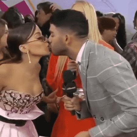 Anitta beija entrevistador - Reprodução