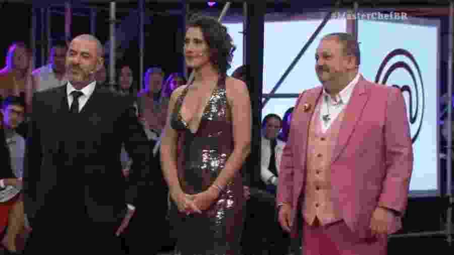 Paola Carosella (centro) durante a final do MasterChef Brasil  - Reprodução