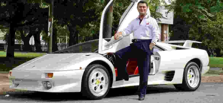 Fercí posa com sua antiga Diablo; empresário comprou direitos da marca nos anos 90 - Reprodução/Facebook