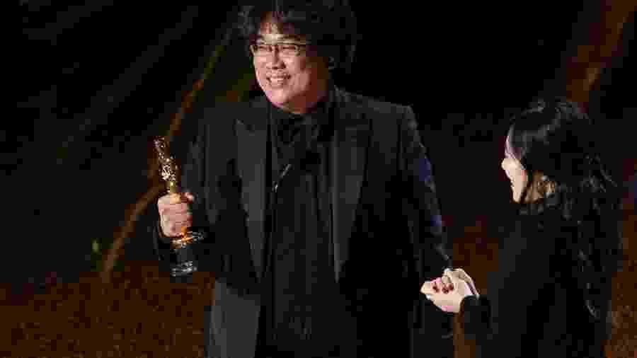 """Bong Joon Ho vence o Oscar 2020 por """"Parasita"""" e tradutora o acompanha no palco - Getty Images"""