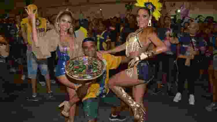 Ana Paula Evangelista (à dir.) posa com Lexa e integrante da Unidos da Tijuca - Rodrigo Mesquita