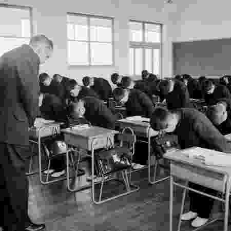 Meninos de uma escola católica no Japão curvam-se ao seu professor em sinal de respeito nesta imagem de 1956 - Evans, Three Lions/Getty Images