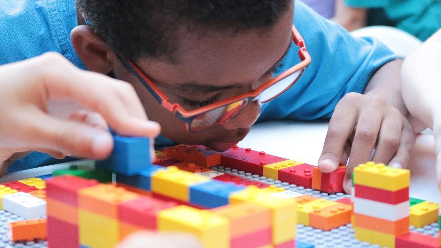 Em parceria com a Fundação Dorina Nowill, a LEGO Foundation lança peças em braille para ajudar na educação de crianças cegas - Fundação Dorina Nowill