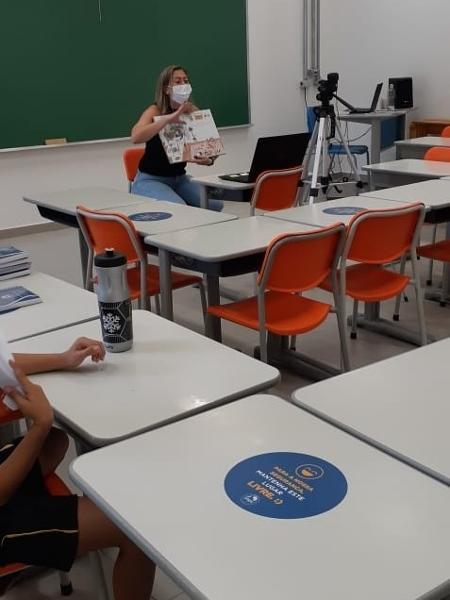 Vanusa Maganha, professora do colégio Anglo Chácara Santo Antônio, de São Paulo em aula no modelo híbrido: parte dos alunos na sala, parte online - Arquivo pessoal