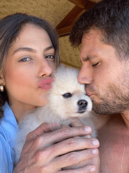 Mari Gonzalez e Jonas Sulzbach com o cachorrinho Marsh - Reprodução/Instagram