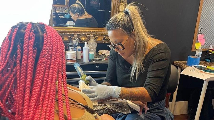 Camilly Victória cobriu o antebraço de tatuagens - Reprodução/Instagram