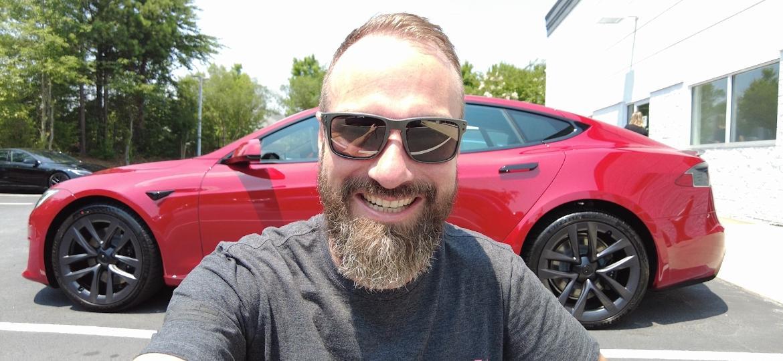 Anderson Dick e seu Tesla Model S Plaid de US$ 130 mil; brasileiro é um dos primeiros clientes a receber versão de topo do sedã elétrico em todo o mundo - Arquivo pessoal