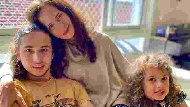 Ingra Lyberato com o filho Guilherme Leindecker e a enteada Laura, filha da ex-deputada federal Manuela D'Ávila (PCdoB) - Reprodução/ Instagram @ingralyberato - Reprodução/ Instagram @ingralyberato
