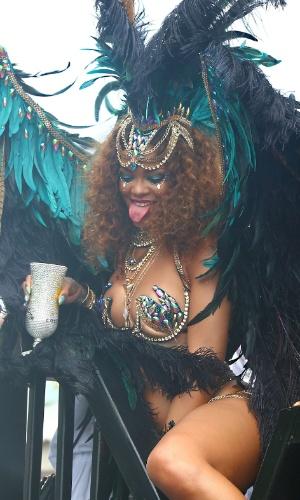3.ago.2015 - Vestida com um traje típico do Carnaval de Barbados, Rihanna comemora o Kadooment Day em seu país natal