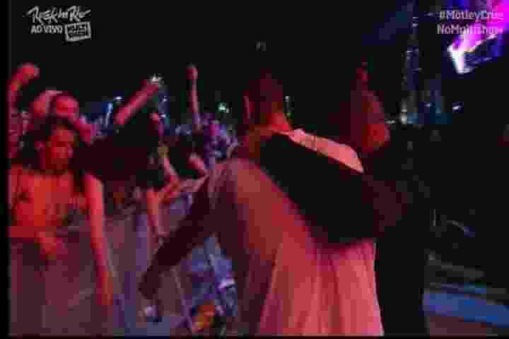 18.set.2015 - O baixista do Mötley Crüe, Nikki Sixx, deu o seu baixo para um integrante da platéia ao fim do show do grupo - Reprodução