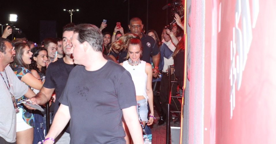 26.set.2015 - A top Cara Delevingne causa furor ao chegar na Cidade do Rock. A britânica veio acompanhar o show da cantor Rihanna, sua amiga pessoal