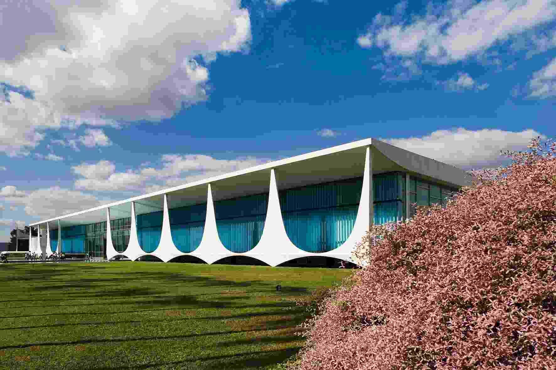 Com raízes na tradição brasileira, especialmente nas casas das grandes fazendas coloniais, o Palácio da Alvorada tem concepção moderna, assinada pelo arquiteto Oscar Niemeyer. A colunata conta com formato inusitado e antecede a varanda que se estende pela fachada frontal - Leonardo Finotti/ UOL