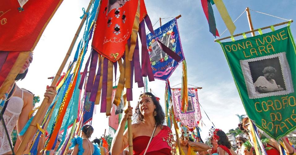 Foliões carregam bandeira em homenagem a Dona Ivone Lara