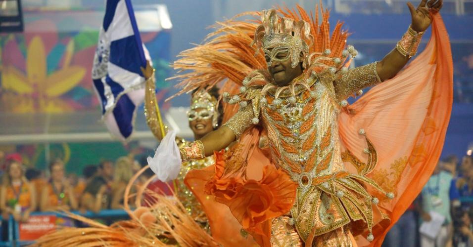 8.fev.2016 - Selminha Sorriso e Claudinho, o casal de mestre-sala e porta-bandeira da Beija-Flor, que neste ano homenageia o Marquês de Sapucaí
