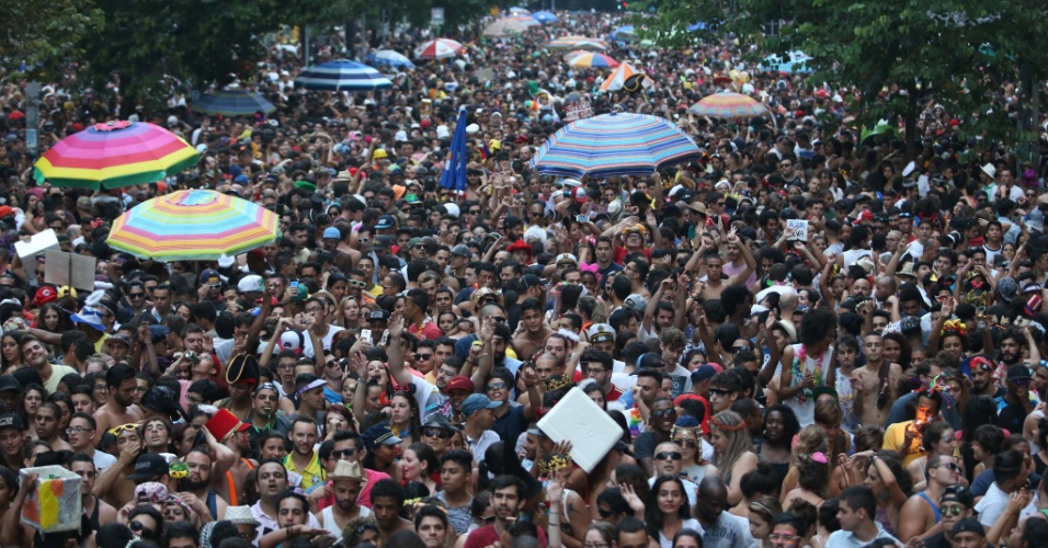 7.fev.2016 - Bloco Desmanche atraiu uma multidão de foliões na região da Rua Xavier de Toledo, no centro de São Paulo