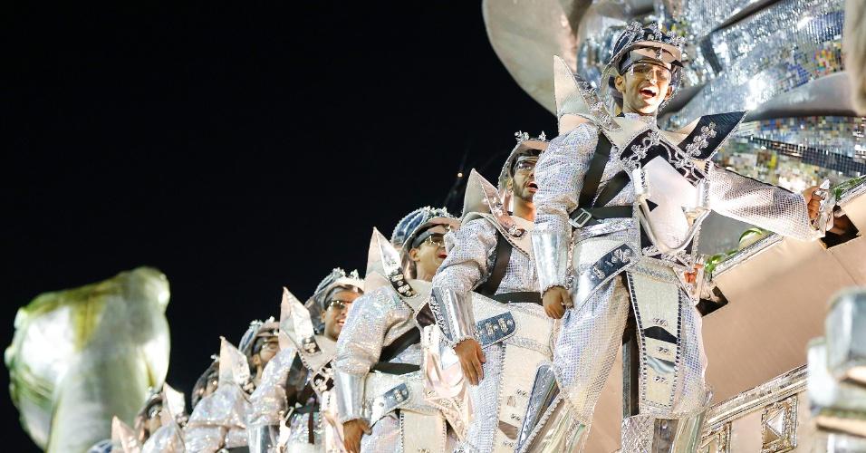 8.fev.2016 - Dom Quixote vivencia os anos de chumbo da ditadura militar durante desfile da Mocidade Independente de Padre Miguel