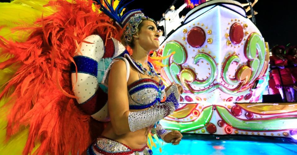 8.fev.2016 - A atriz Monique Alfradique volta à passarela do samba como destaque da Grande Rio