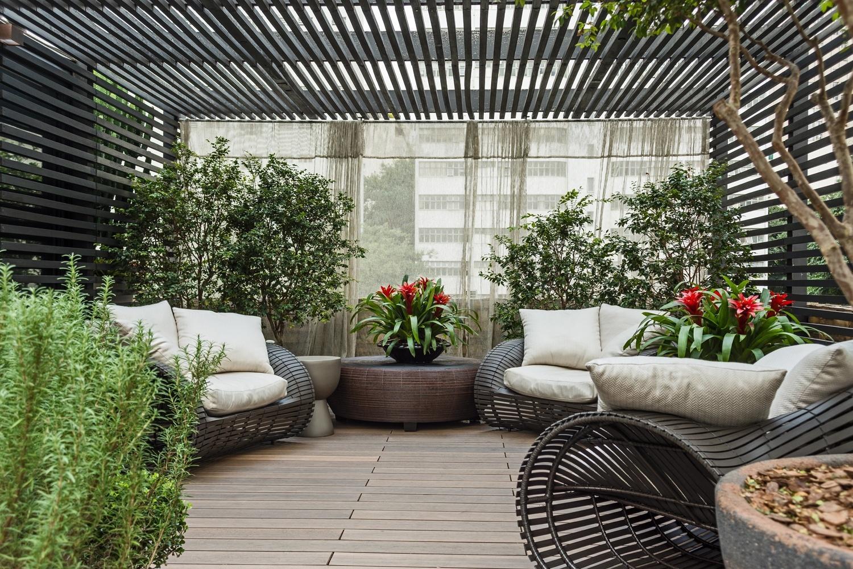 Na Mostra Artefacto de 2015, em São Paulo, a arquiteta Denise Barreto criou o 'Lounge' das Jabuticabeiras: um terraço com 100 m² marcado por pérgolas ebanizadas semi fechadas com tecidos. O espaço servia como área de descanso e contava com confortáveis poltronas