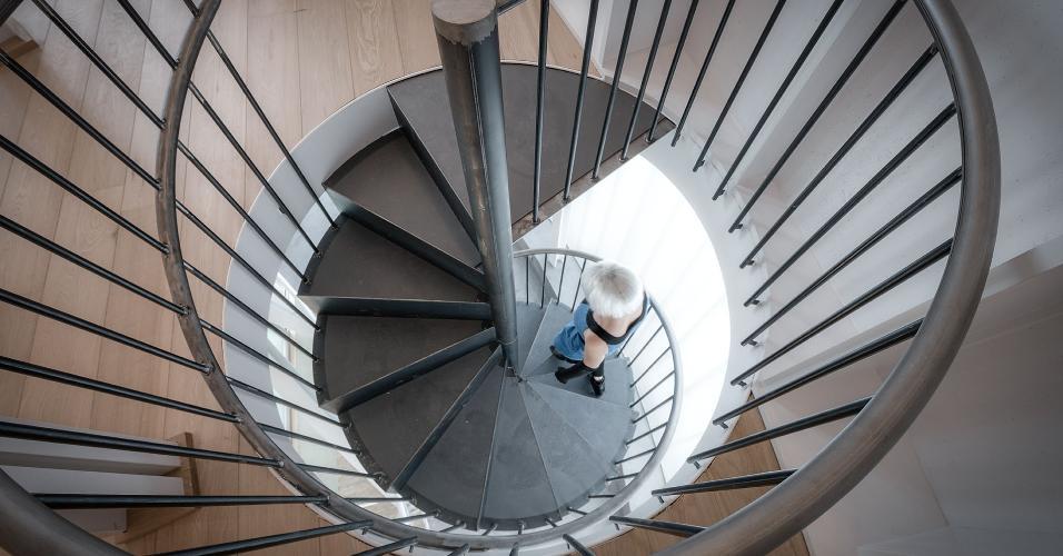 A escada caracol metálica faz a ligação vertical do subsolo, onde estão os ambientes sociais, com a ala íntima dos dormitórios, nos cilindros metálicos suspensos. A casa Tobogan foi projetada pelo escritório espanhol Z4Z4 Architects e fica em Madri, Espanha