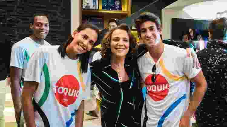 Duda Lisboa (Vôlei de Praia) e Orlando Luz (Tênis) tietam a atriz Ana Beatriz Nogueira  - Cesar Alves/Divulgação/TV Globo - Cesar Alves/Divulgação/TV Globo