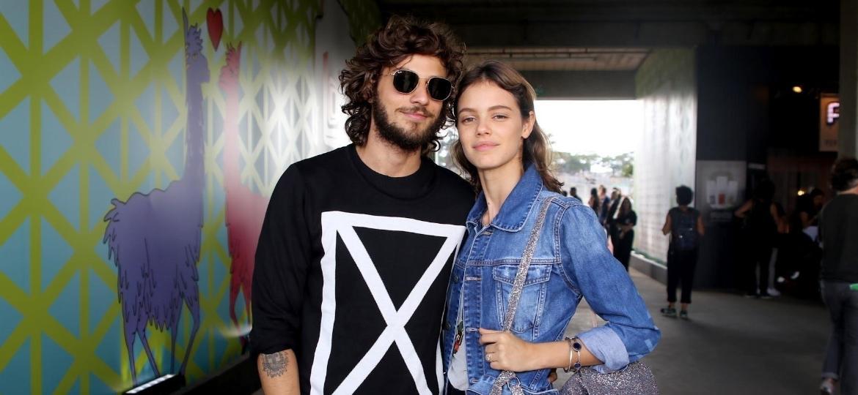 O casal de atores Chay Suede e Laura Neiva curtem juntos o festival no Autódromo de Interlagos - Thiago Duran/AgNews