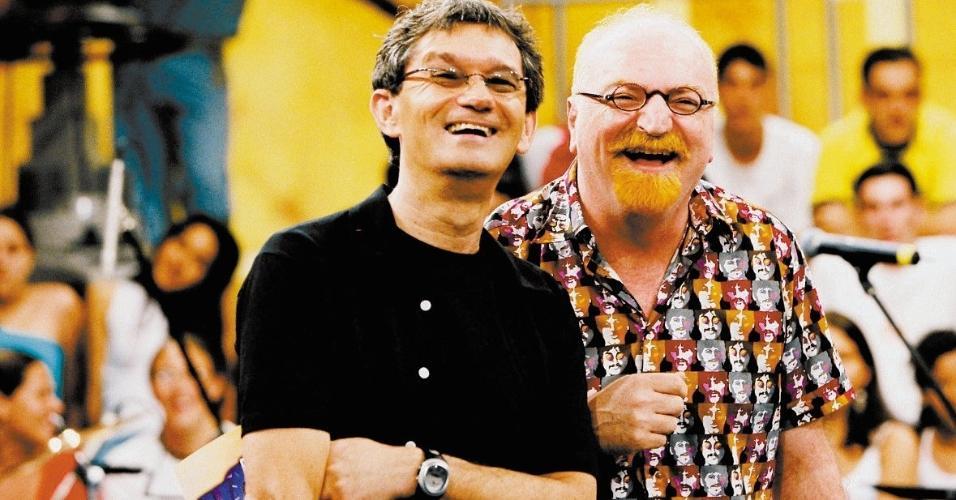 """O apresentador Serginho Groisman e o músico Kid Vinil em 2003 durante a gravação para o programa """"Altas Horas"""", da TV Globo, que foi dedicado aos anos 80. O programa recebeu as bandas Magazine (de Kid Vinil), Metrô e Biquini Cavadão"""