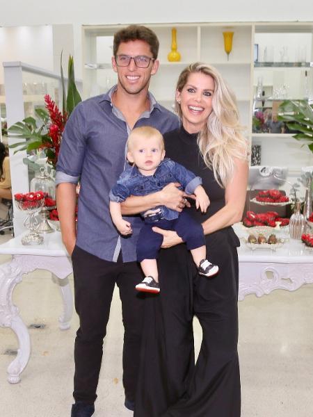 O jogador Amaury Nunes e a namorada, a apresentadora Karina Bacchi, com o filho Enrico - Manuela Scarpa/Brazil News