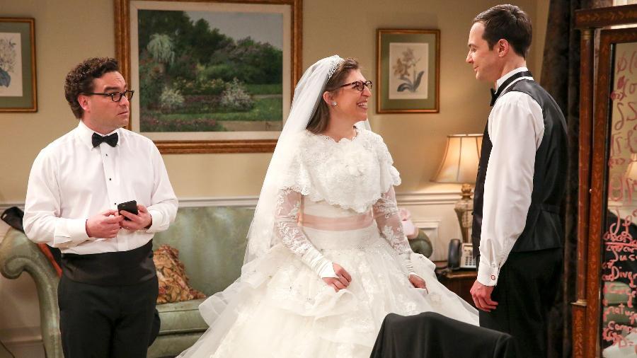 """Leonard (Johnny Galecki), Amy (Mayim Bialik) e Sheldon (Jim Parsons) em cena de """"The Big Bang Theory"""" - Divulgação"""
