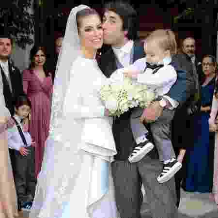 Julio brinca com o buquê da mãe, Bruna Hamú - Manuela Scarpa/Brazil News - Manuela Scarpa/Brazil News