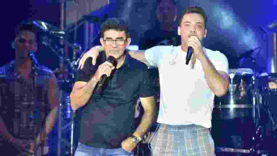 Wesley Safadão recebe Cizinato Diniz, pai do cantor Gabriel Diniz, no palco do São João da Capitá, no Recife - Felipe Souto Maior/AgNews