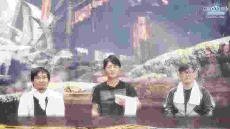 """O produtor Ryozo Tsujimoto (centro), o diretor executivo e de arte Kaname Fujioka (à esquerda) e o diretor de """"Iceborne"""" Daisuke Ichihara (à direita), curtindo umas termas - Reprodução/YouTube"""
