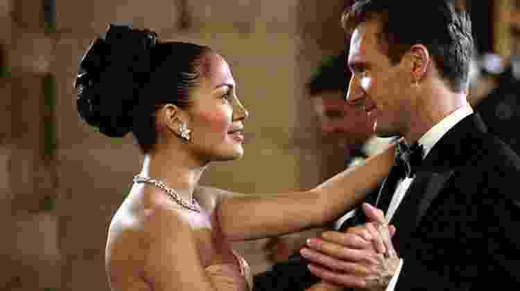 Jennifer Lopez e Ralph Fiennes em cena de 'Encontro de Amor' (2002) - Reprodução