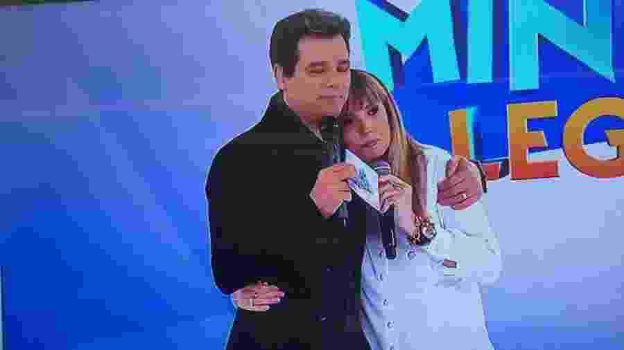 Alessandra Scatena e Celso Portiolli se abraçam no Domingo Legal em homenagem a Gugu Liberato - Reprodução/SBT