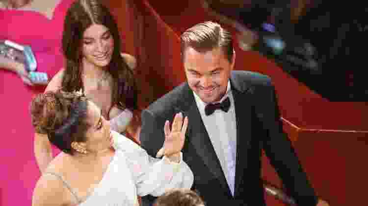 DiCaprio conversa com Selma Hayek, observado por Morrone - Getty Images